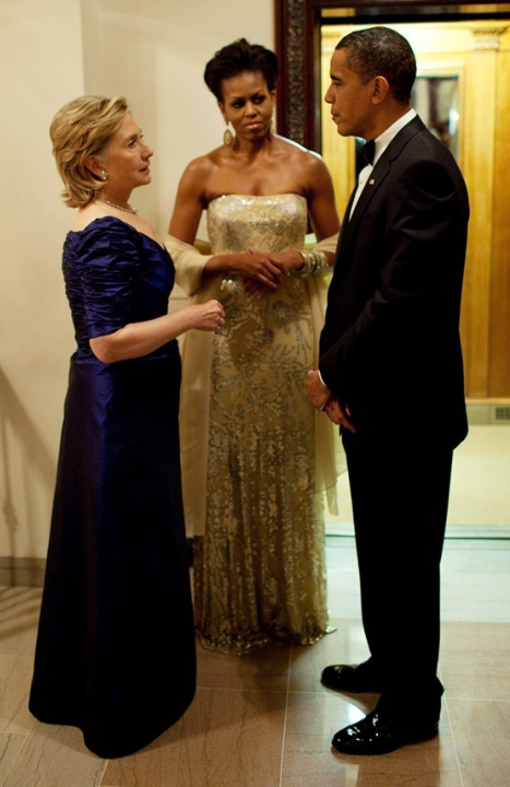 Hilary_Clinton_2009_with_Barak_Obama_&_Michelle-Obama_Bagstowear